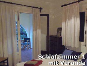 Erstes Schlafzimmer mit Zugang zur Rundbogendach-Veranda