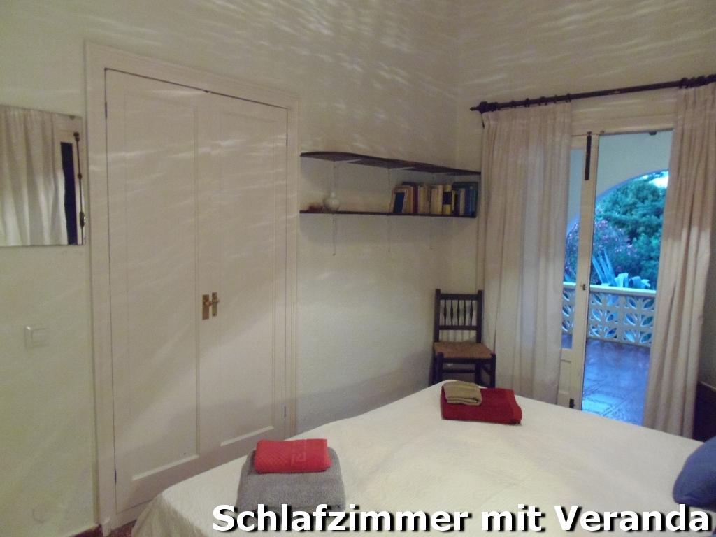 Schlafzimmer mit Zugang zur Rundbogen-Veranda
