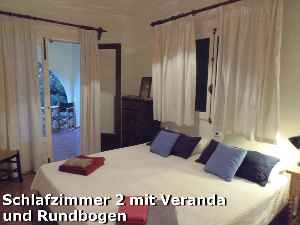 Zweites Schlafzimmer mit Zugang zur Rundbogen-Veranda